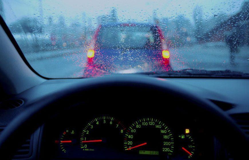 Những lưu ý khi lái xe ô tô trời mưa